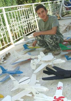 علي مع طائراته