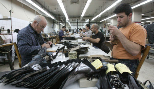 عمال في أحد مصانع الأحذية