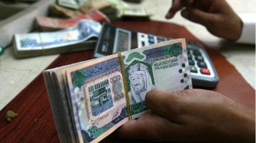 هل ينطلق «سباق الخدمة الممتازة» بين المصارف الخليجيّة؟ (فهد شديد ــ رويترز)