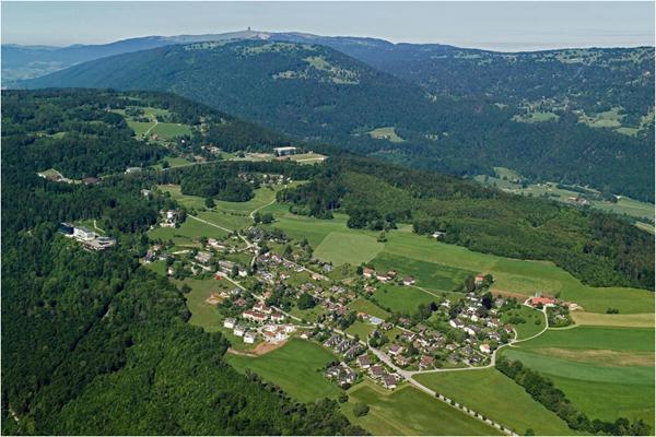 تقع بلدة ماغلينغن/ ماكولين بالفرنسية (شمالي غربي سويسرا) في نطاق بلدية إيفيلار في مقاطعة بيرن. وهي تبعد عن العاصمة 45 كلم. تجاور البلدة النائية بحيرة بيال، ويقل فيها الازدحام المدني في حين تكثر المناظ