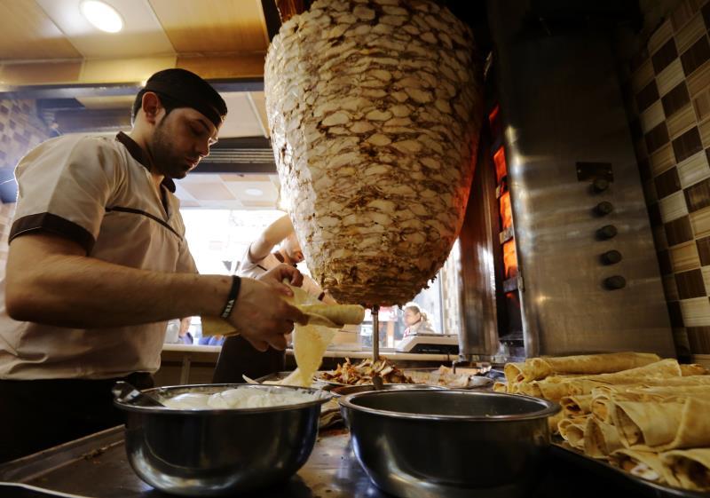 داخل أحد المطاعم في العاصمة دمشق أول من أمس