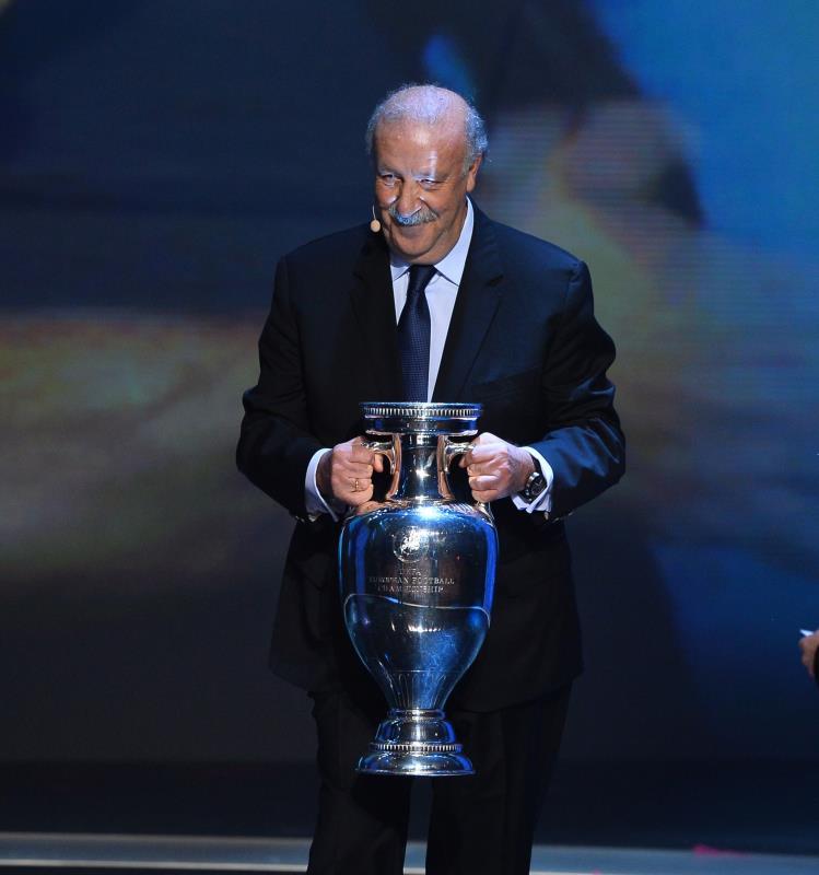 مدرب اسبانيا بطل النسخة الاخيرة دل بوسكي حاملاً الكأس (أ ف ب)