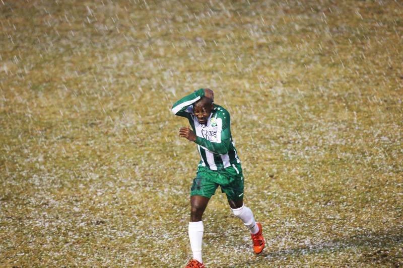 لاعب الانصار أكوفو يهرب من الامطار بعد ايقاف مباراة فريقه مع الراسينغ