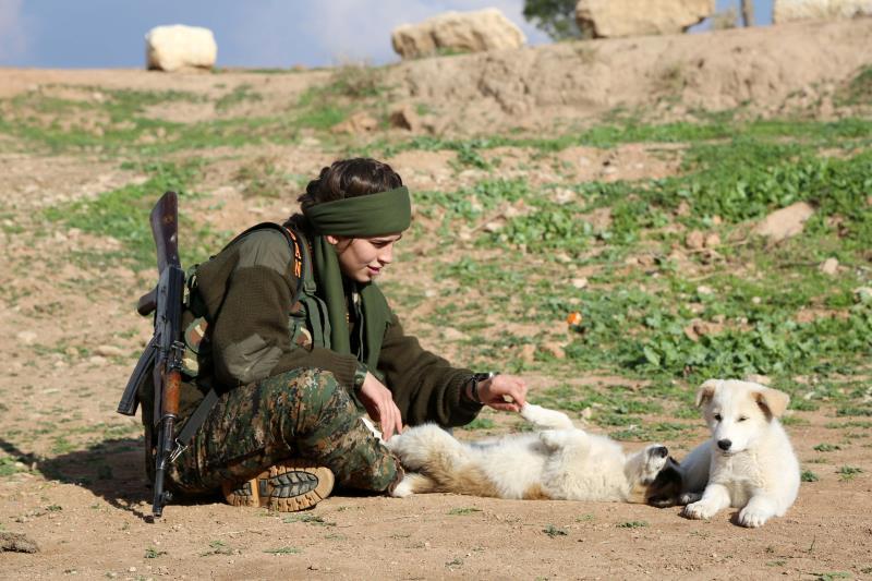 مقاتلة ضمن «قوات حماية نساء بيث نهرين» التابعة لـ«المجلس العسكري السرياني»