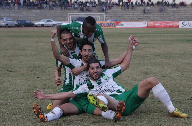 لاعب الأنصار لوكاس غالان يحتفل مع زملائه بالهدف في مرمى الراسينغ