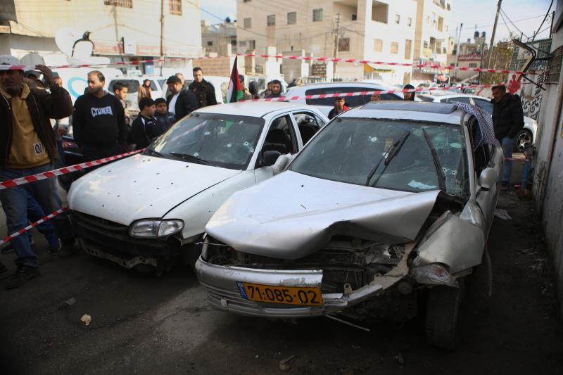 فلسطينيون حول السيارة التي نفذت بها العملية في قلنديا أمس
