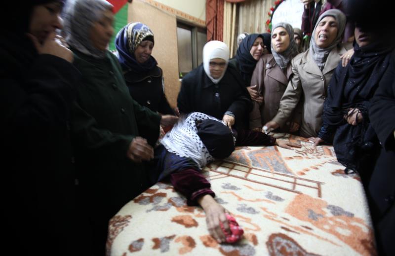خلال تشييع جثمان الفتاة رشا عويصي في قلقيلية أمس