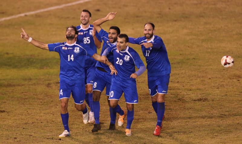 لاعبو الراسينغ يحتفلون بهدف عدنان ملحم في شباك النبي شيت