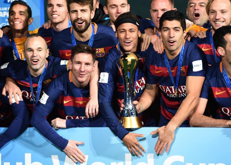لاعبو برشلونة مع كأس البطولة (توشيفومي كيتامورا ــ أ ف ب)