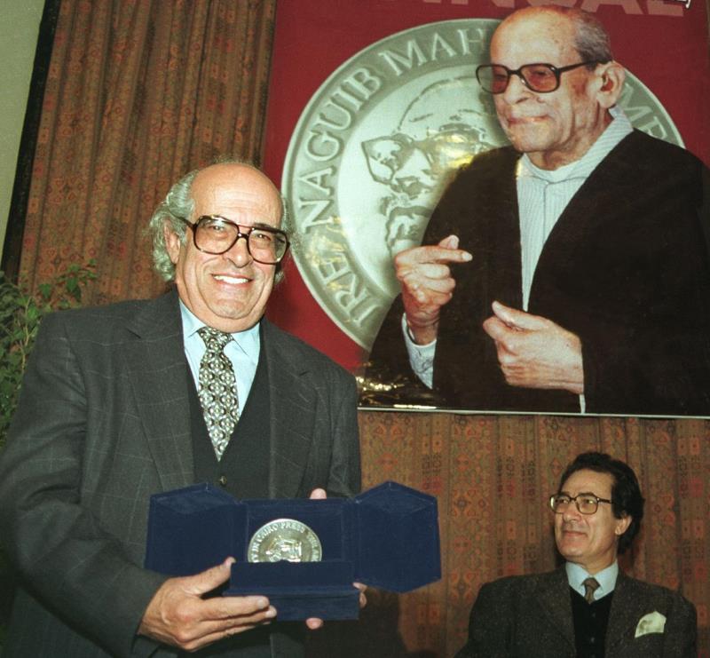 خلال تسلمه «جائزة نجيب محفوظ» عن روايته «رامة والتنين» عام 1999