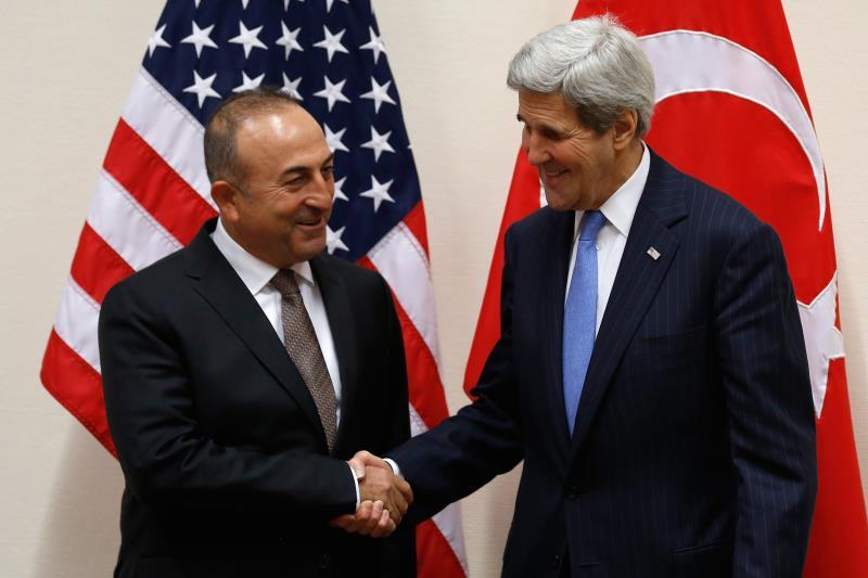 وزير الخارجية الأميركي جون كيري ونظيره التركي مولود تشاويش أوغلو في بروكسل أمس