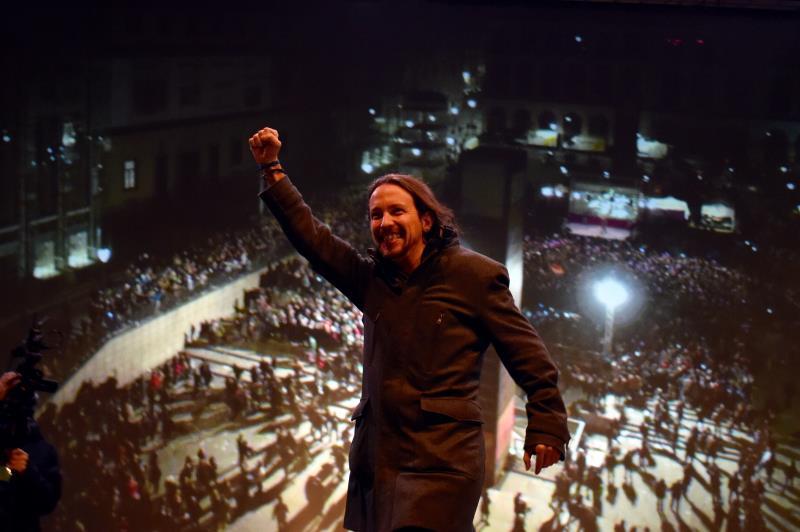 زعيم «بوديموس»، بابلو ايغلاسياس، يحتفل بنتائج حزبه في مدريد فجر اليوم