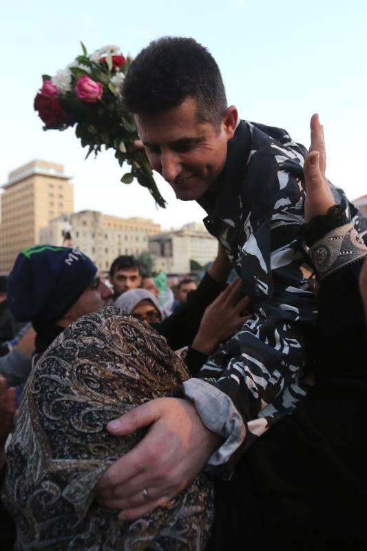 أحد العسكريين المحررين محمولاً على الأكتاف أمس (مروان طحطح)