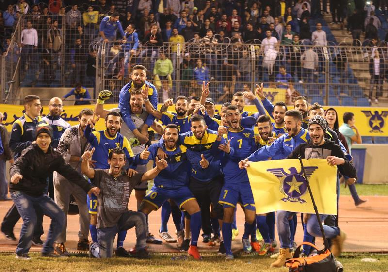 فرحة لاعبي الصفاء مع جمهورهم بعد الفوز على الأنصار