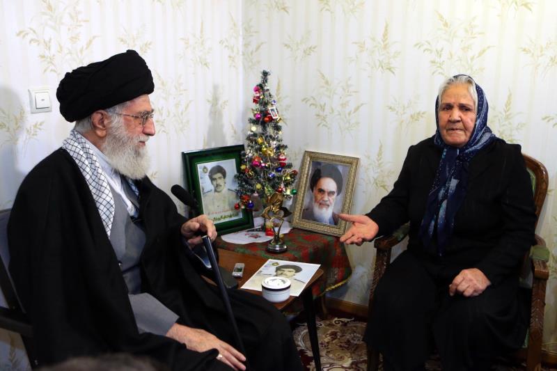 المرشد الأعلى خلال زيارته منزل أسرة شهيد مسيحي إيراني تزامناً مع ذكرى الميلاد