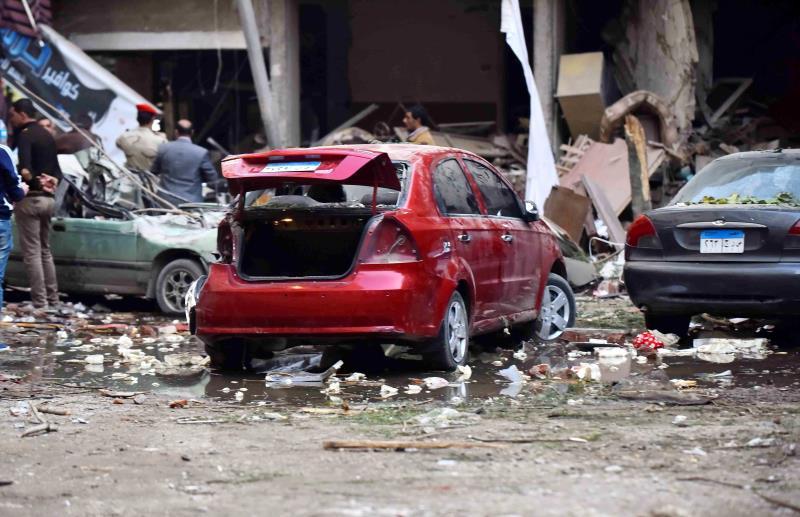 آثار انفجار في أحد أحياء القاهرة أمس