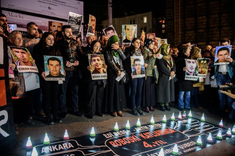 متظاهرون أكراد في اسطنبول يرفعون صور ضحايا الآلة العسكرية التركية