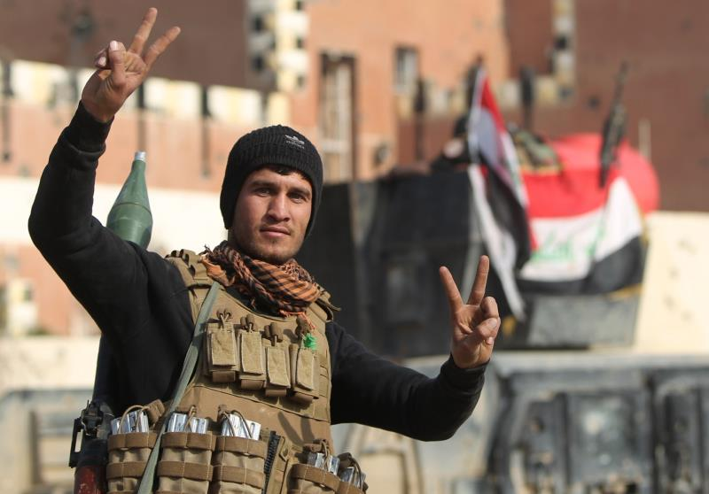 ذكرت مصادر محلية أن عناصر «داعش» الفارين استخدموا المدنيين دروعاً بشرية