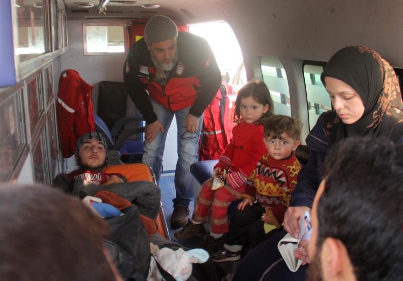 جريح مع عائلته داخل سيارة إسعاف تابعة للهلال الأحمر السوري تتجه للحدود التركية