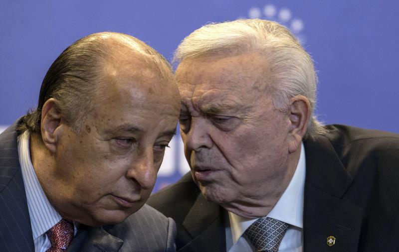 تخلي رئيس الاتحاد البرازيلي دل نيرو (الى اليسار) مؤقتاً عن منصبه