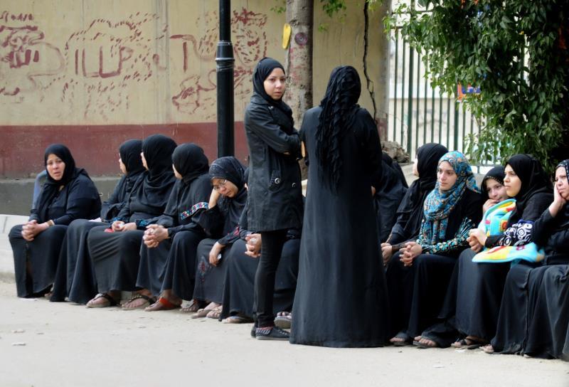 في عزاء أحد 16 شخصاً قتلوا أمس في هجوم بزجاجات حارقة على ملهى ليلي في القاهرة