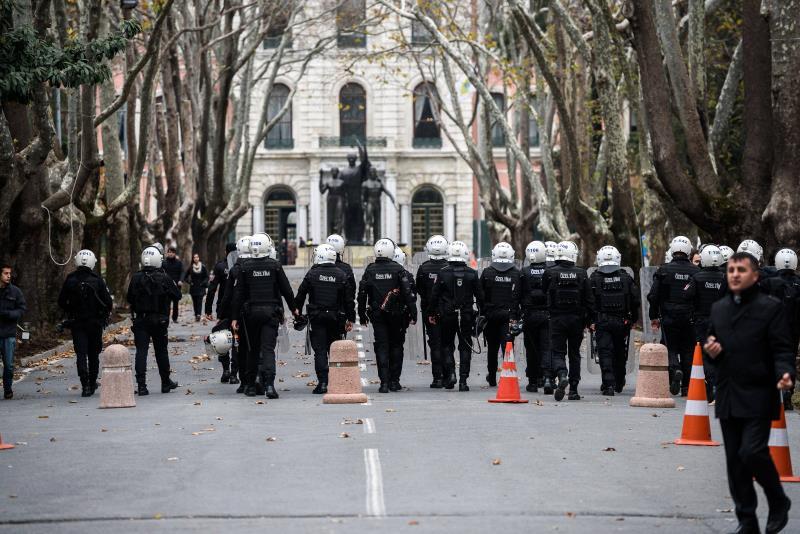 """مكافحة الشغب"""" التركية تدخل جامعة اسطنبول لقمع تظاهرة يسارية"""