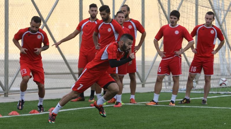 لاعب المنتخب حسن معتوق مع زملائه خلال التمرين أمس (عدنان الحاج علي)