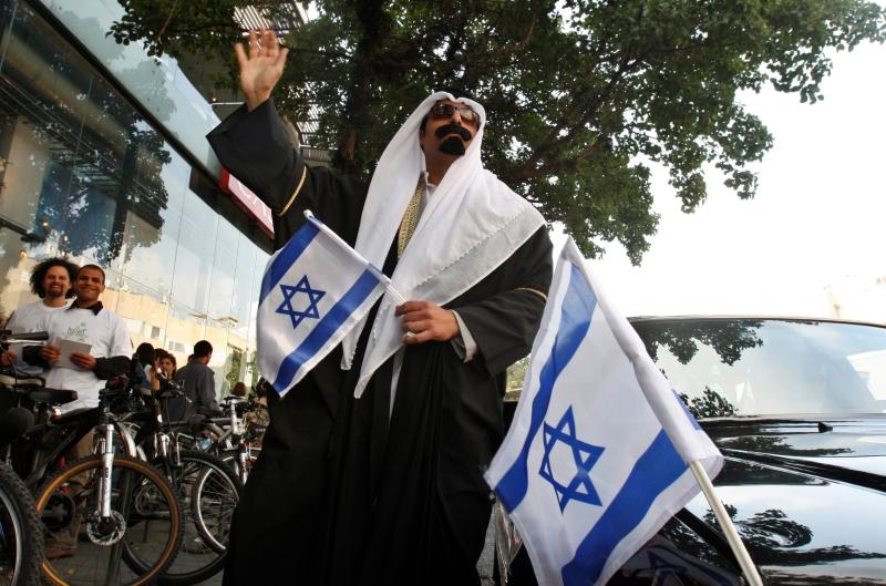 إسرائيلي بلباس خليجي في تل أبيب (أ ف ب)