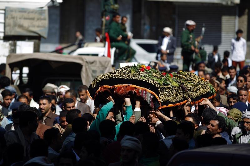 يمنيون يشيّعون القتلى في صنعاء أمس  (أ ف ب)