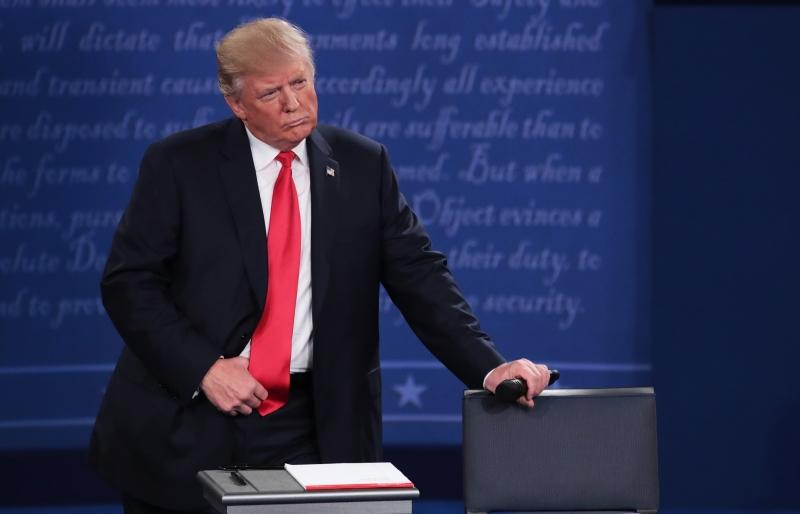 أشارت استطلاعات إلى ابتعاد عدد من الناخبين المستقلين عن ترامب لمصلحة كلينتون (أ ف ب)