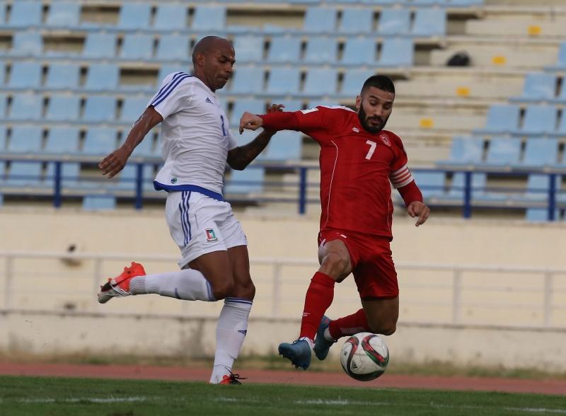 صراع على الكرة بين نجمي المنتخبين حسن معتوق وايبان ترافييسو (عدنان الحاج علي)
