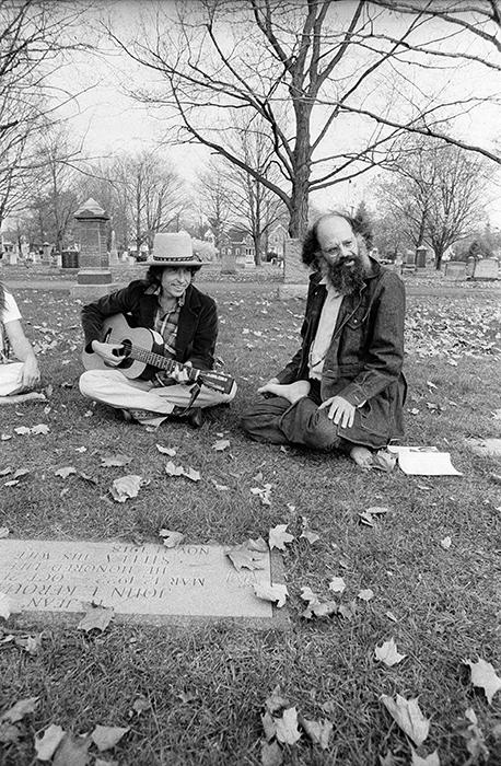 ديلن وغينسبرع أمام قبر جاك كيرواك عام 1975