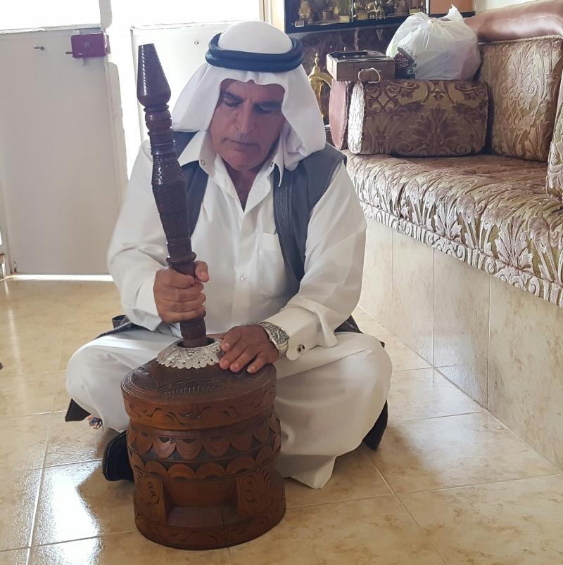 المستضيف يلقي الشعر بالعامية للترحيب بضيوف الجبل (الأخبار)