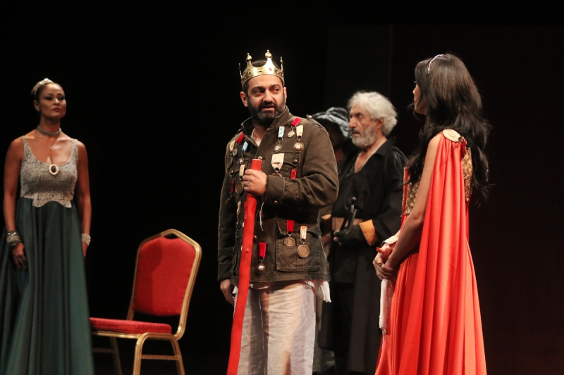 """جورج خباز وبرناديت حديب في مشهد من """"الملك يموت"""""""