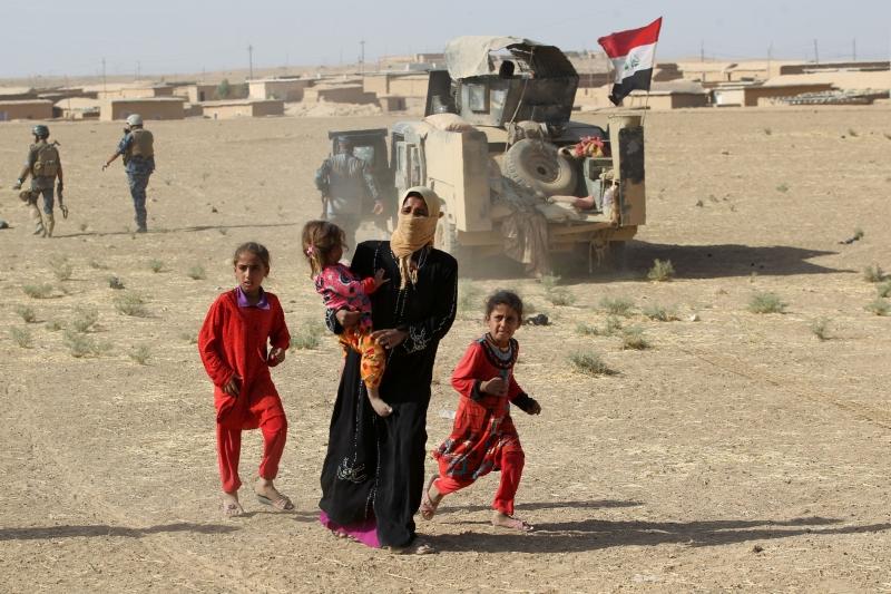 عراقيون ينزحزن عن قرية تقع على بعد 30 كيلومتر عن الموصل (أ ف ب)