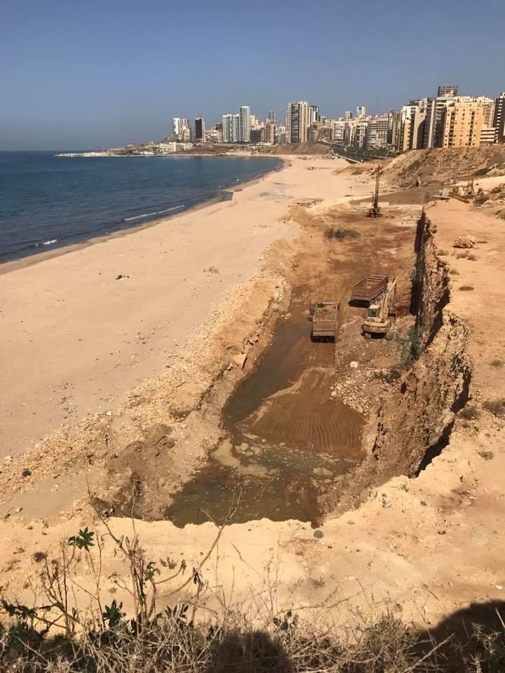 الحفرة التي احدثها سحب الرمول على شاطىء الرملة البيضا ويظهر فيها المياه (تصوير نزيه الريّس)