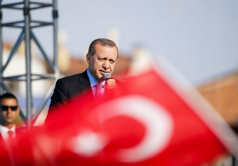 كان لافتاً حرارة تهنئتي موسكو وطهران لأردوغان بفشل الانقلاب بالمقارنة مع رد فعل «الحليف الأميركي» (الأناضول)