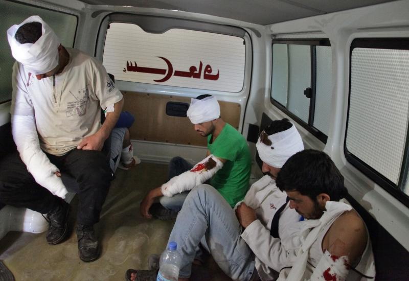 مسلحون جرحى أخرجوا من الأحياء الشرقية أمس (أ ف ب)