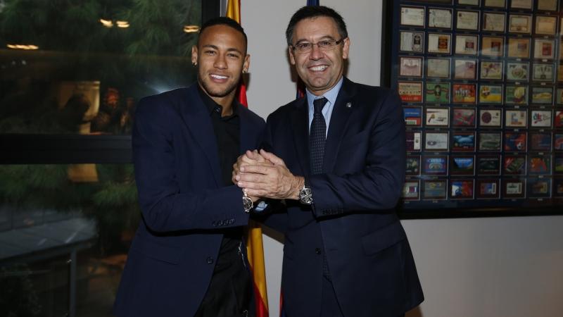 نيمار وبارتوميو بعد توقيع العقد (موقع برشلونة)