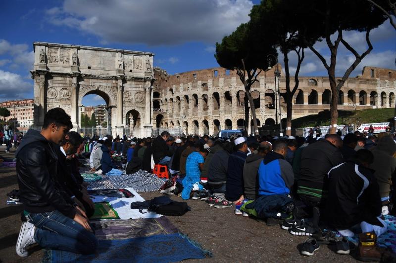 من صلاة الجمعة في روما أمس أمام «الكولوسيوم»، احتجاجاً على إغلاق أحد المساجد (أ ف ب)