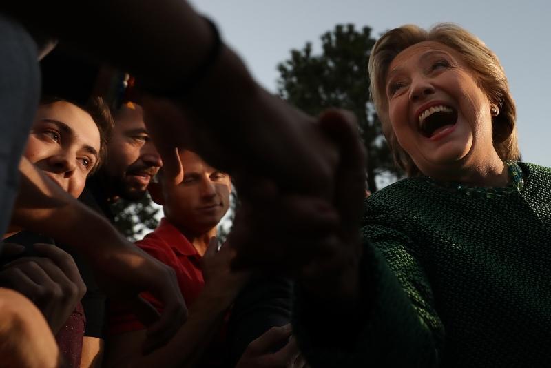يطالب ديموقراطيون كلينتون باستخدام أموال حملتها للفوز في الكونغرس