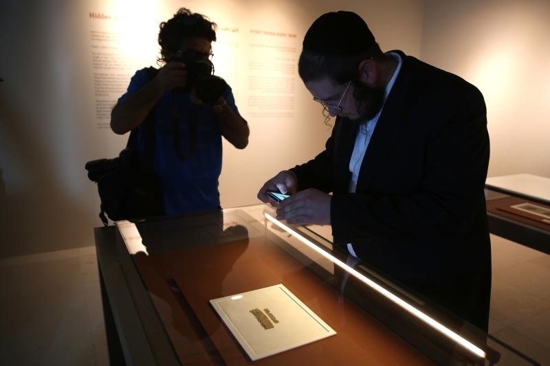«هآرتس»: المرجح أن المخطوطة حُفرت على أيدي لصوص آثار (أ ف ب)