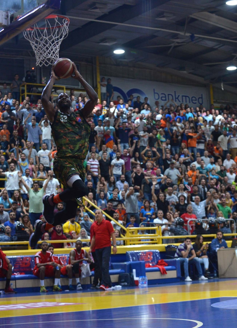 لاعب هومنتمن دواين جاكسون يحاول التسجيل في السلة المغربية
