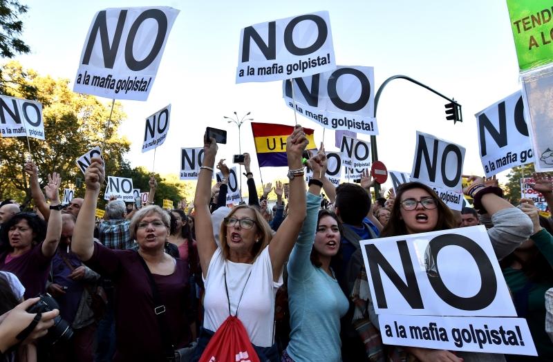 تظاهر الآلاف أمام مبنى البرلمان اعتراضاً على انتخاب ماريانو راخوي رئيساً للحكومة (أ ف ب)