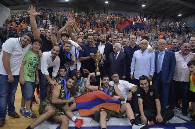 فريق هومنتمن مع كأس دورة الحريري (حسام شبارو)