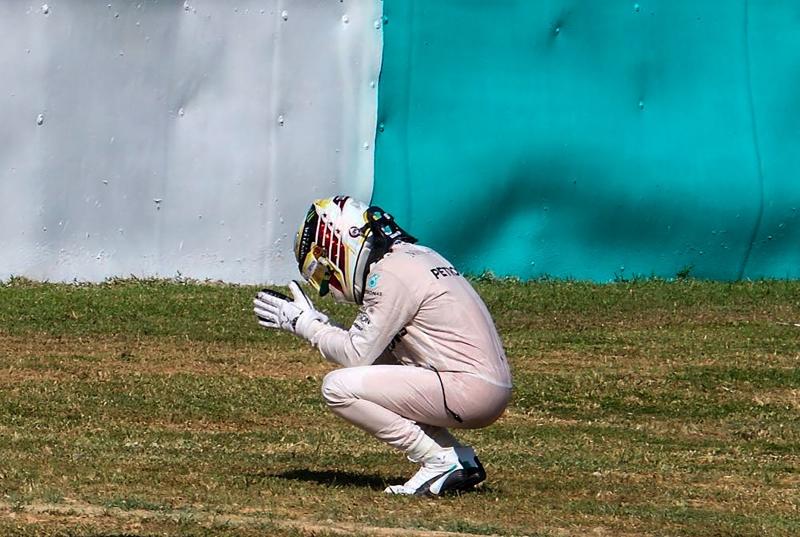 هاميلتون بعد خروجه من سباق جائزة ماليزيا (أ ف ب)