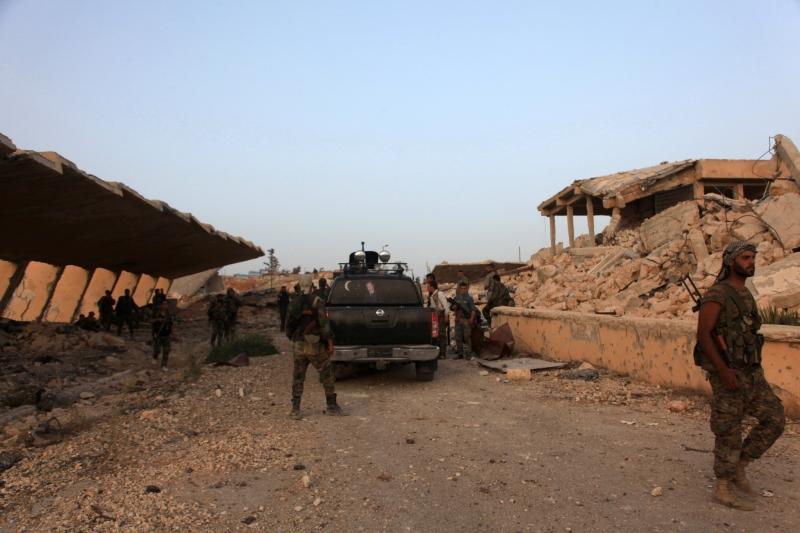 جنود الجيش السوري في حرم مستشفى الكندي شمالي حلب أول من أمس (أ ف ب)