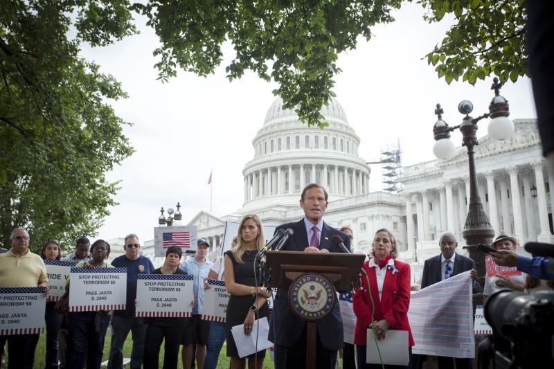 من كلمة للسيناتور ريتشارد بلومنثال أمام مبنى الكونغرس محاطاً بعوائل ضحايا هجمات 11 أيلول