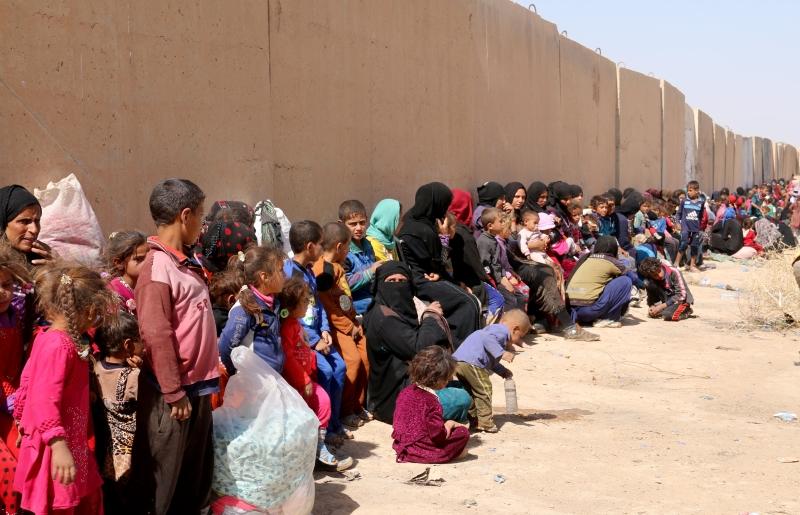 """نازحون هاربون من """"داعش"""" ينتظرون عند إحدى نقاط البشمركة قرب كركوك (الأناضول)"""