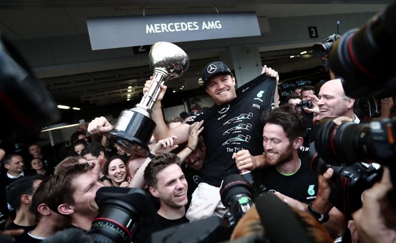 روزبرغ يحتفل بالفوز بجائزة اليابان مع طاقم مرسيدس (أ ف ب)